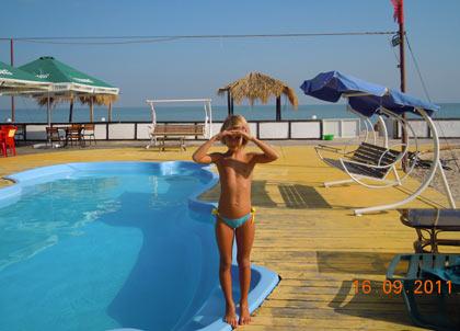 я около бассейна, рядом море - Белосарайская коса