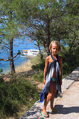 я в Кацивели - деревья и синее море
