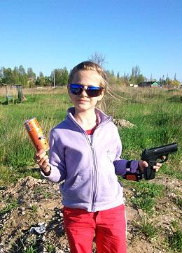 на фото я с пистолетом - я стреляла по банке!