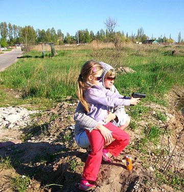 мы с мамой стреляем из пистолета